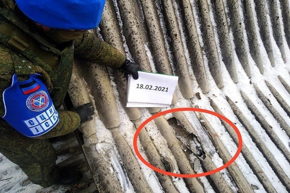 Представитель СЦКК осматривает разрушения в Старомихайловке. ФОТО: СЦКК