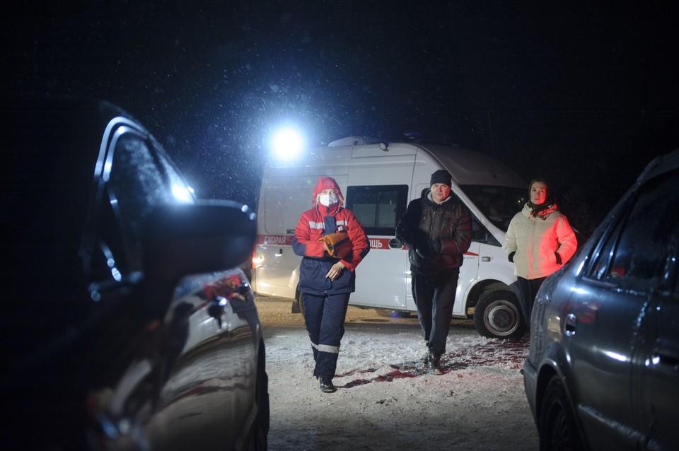 Приехавшая карета скорой помощи увезла беспомощного мужчину в больницу.