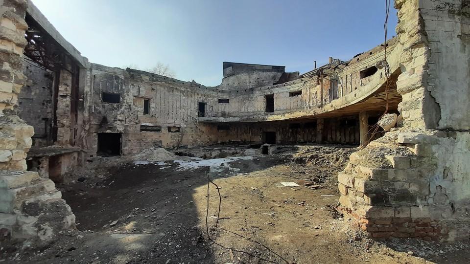 Концертный зал филармонии выглядит сегодня как после бомбежки. Фото: Николай МИШКОЙ