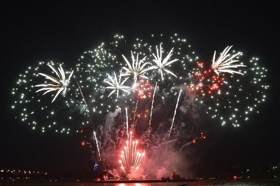 Из салютных установок в небо выпустят более 800 фейерверков.
