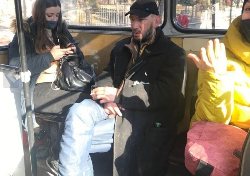 Мужчина закурил прямо в салоне троллейбуса (Фото: publika.md).