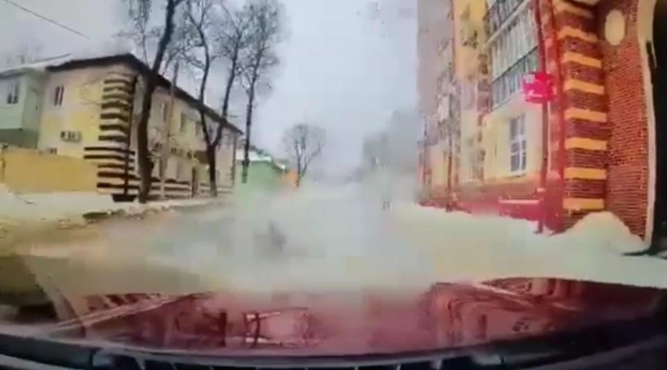 Снежная глыба обрушилась на припаркованную машину в Смоленске
