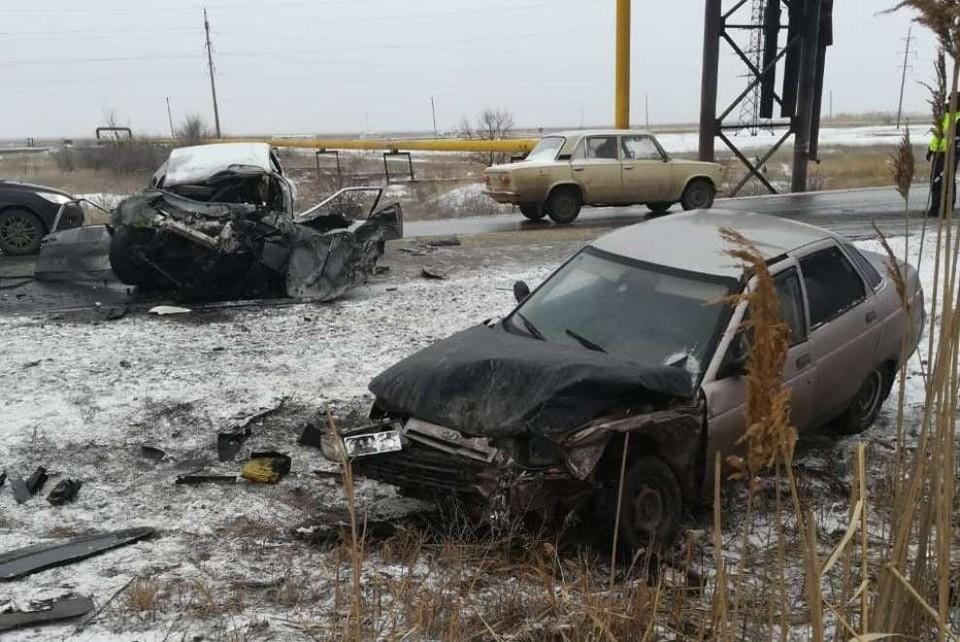 Под Волгоградом столкнулись два ВАЗа и автобус: погиб водитель