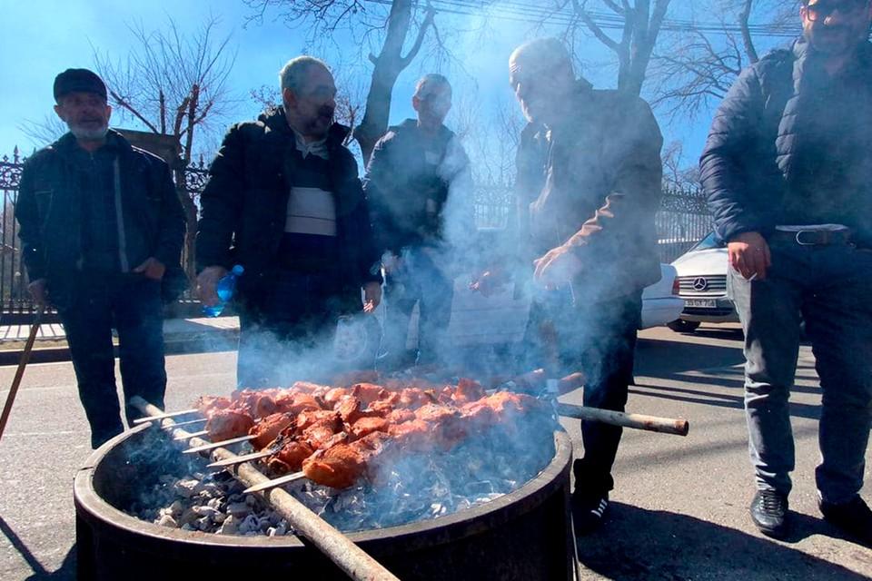 В палаточном лагере оппозиции, развернутом в центре столицы Армении.