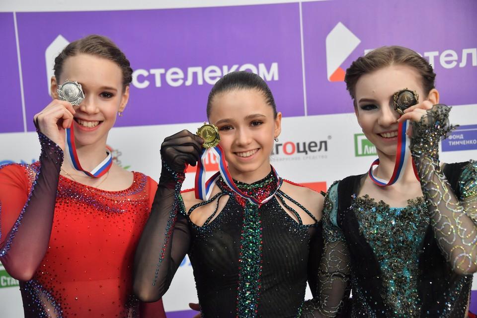 Майя Хромых, завоевавшая серебряную медаль, Камила Валиева, завоевавшая золотую медаль, и Дарья Усачева (слева направо)