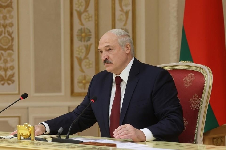 Александр Лукашенко сказал, что в Беларуси за зарплату в конвертах надо наказывать и тех, кто ее получает
