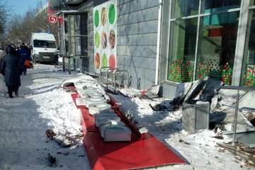 При падении вывески магазина на Автозаводе погибла 87-летняя женщина