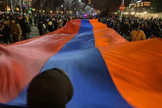 В Армении продолжаются активные противостояния между сторонниками и противниками действующего премьер-министра страны Никола Пашиняна и его правительства.