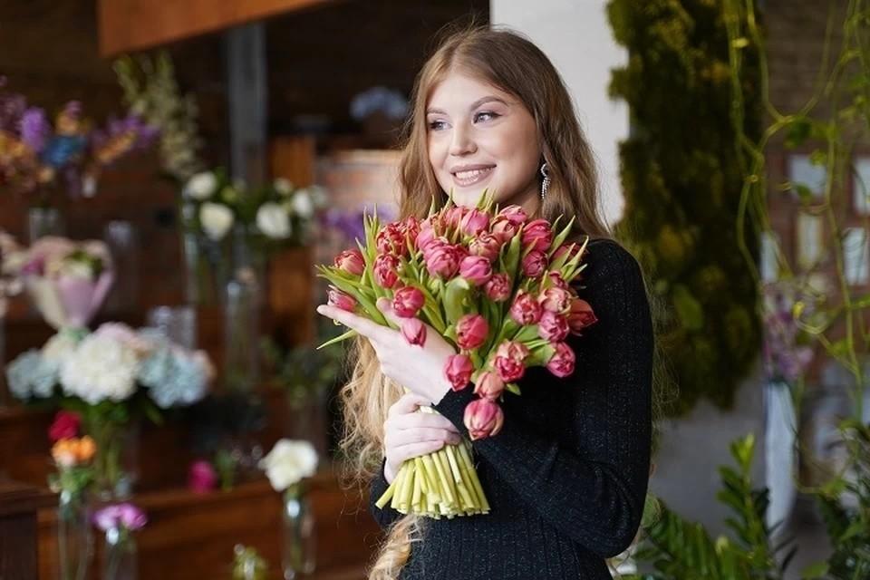 Флористы объяснили, почему не стоит дарить на 8 Марта красные розы