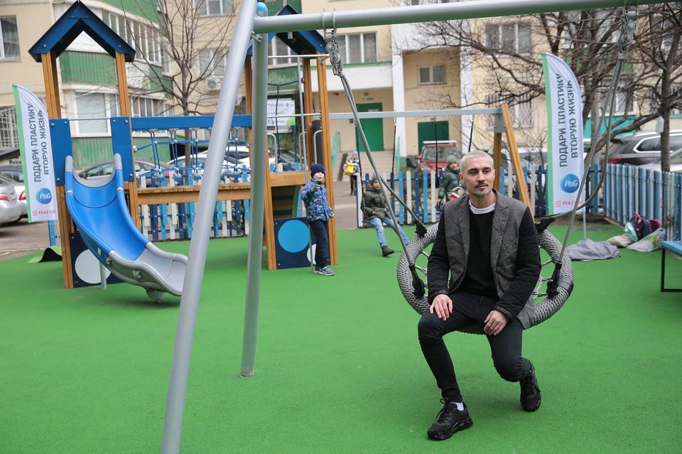 В Краснодаре Дима Билан открыл детскую площадку.