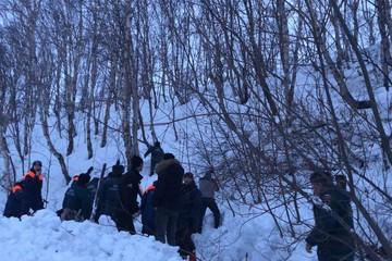На Камчатке три человека попали под лавину возле школы: есть погибший