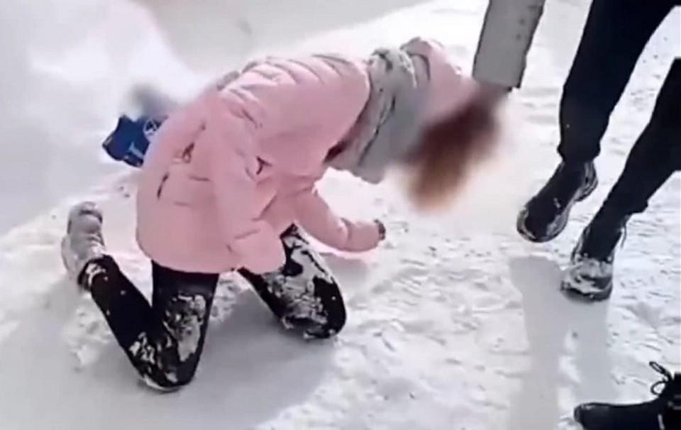 Семь подростков поставили школьницу на колени избивали и издевались над ней.
