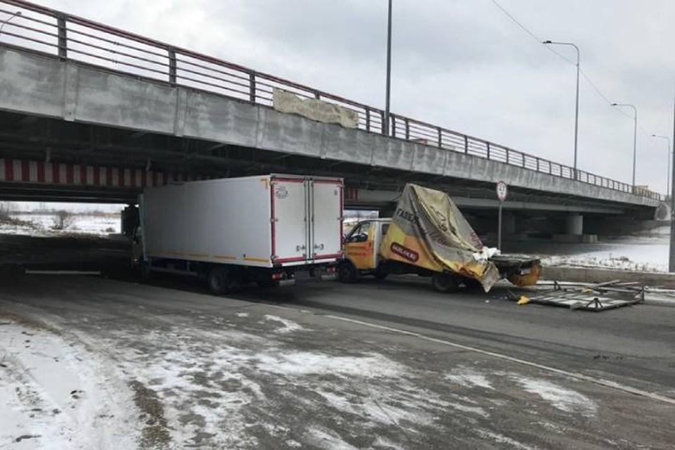 "Два грузовика за час застряли под ""Мостом глупости"" в Петербурге"