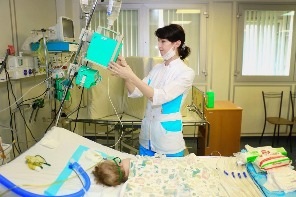 Ребенка спасали сразу две бригады специалистов. Сейчас девочка в реанимации. Фото: пресс-служба ДГБ № 1