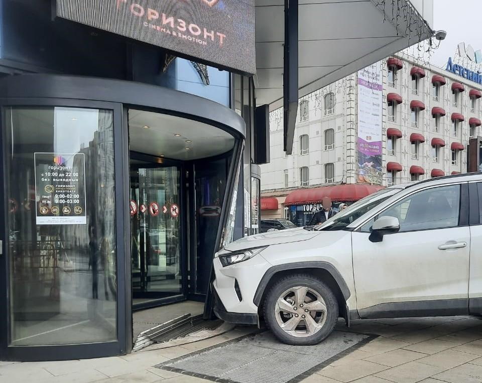 В Ростове водитель внедорожника въехал в торговый центр.