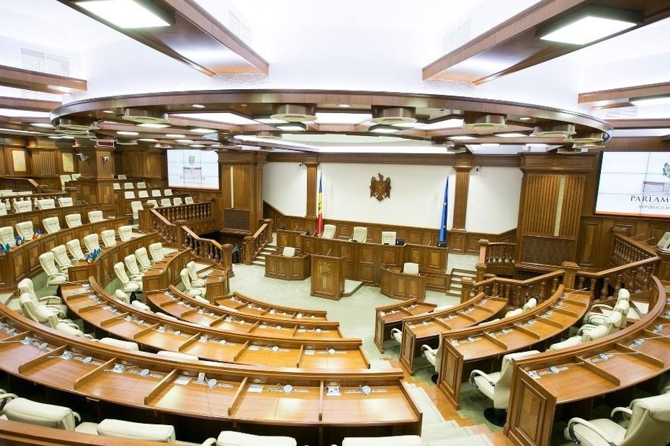 Почему парламент не объявит чрезвычайную ситуацию и не выпустит чрезвычайный закон, согласно которому обсуждение программы нового кабмина и формирование правительства откладывается?