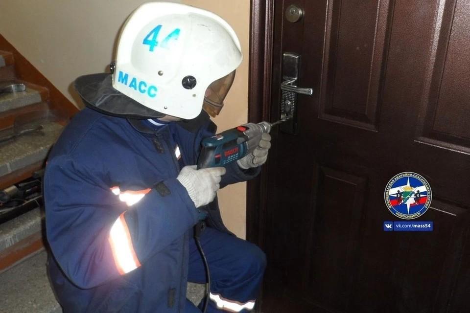Попасть в квартиру многодетной маме помогли спасатели. Фото: МАСС