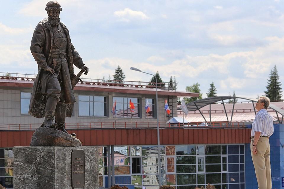 У памятника Ермаку в городе Чусовой, Пермский край. Фото ИТАР-ТАСС/ Максим Кимерлинг