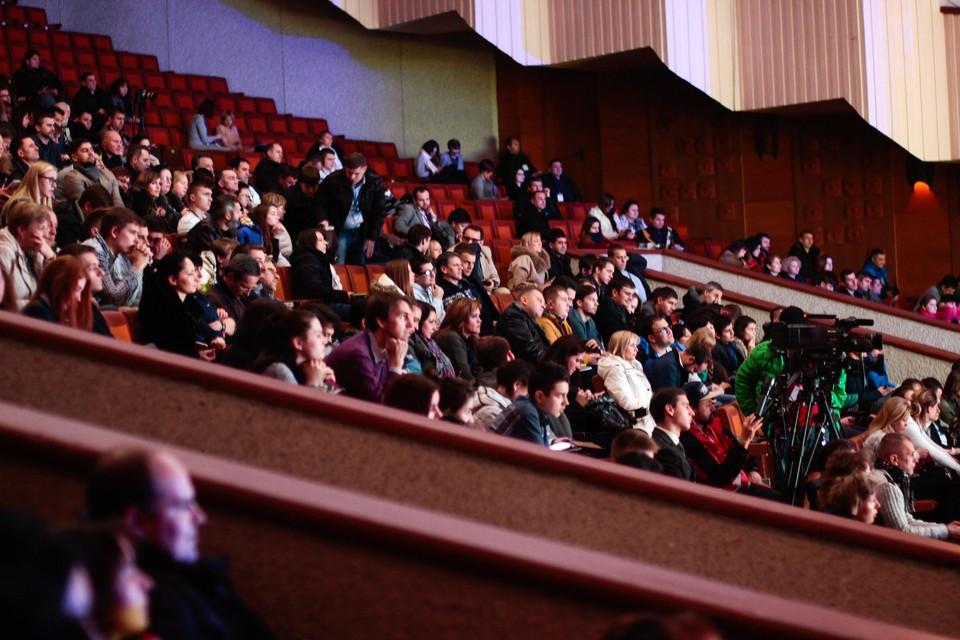 Ранее театры могли принимать только половину зрителей. Фото: pexels.com