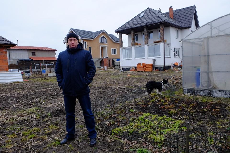 Сергей Силиченко (его дом с белым фасадом) на границе своего участка, вдоль которого пойдет магистраль.
