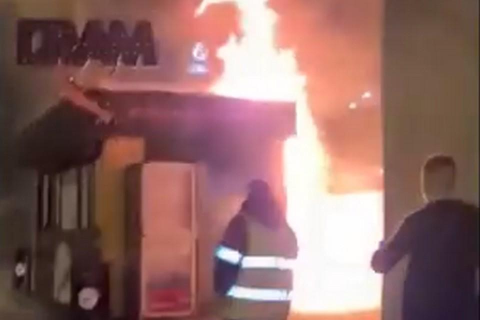 Пожар возник поздней ночью.
