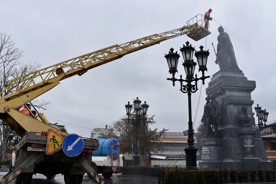 Екатерининский сад очищает 40 рабочих. Фото: администрация Симферополя