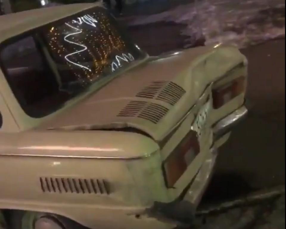 Под раздачу попали автомобили разного класса — от «Запорожца», ВАЗа до BMW. Фото: скрин с видео группы Черное&Белое Магнитогорск/vk.com