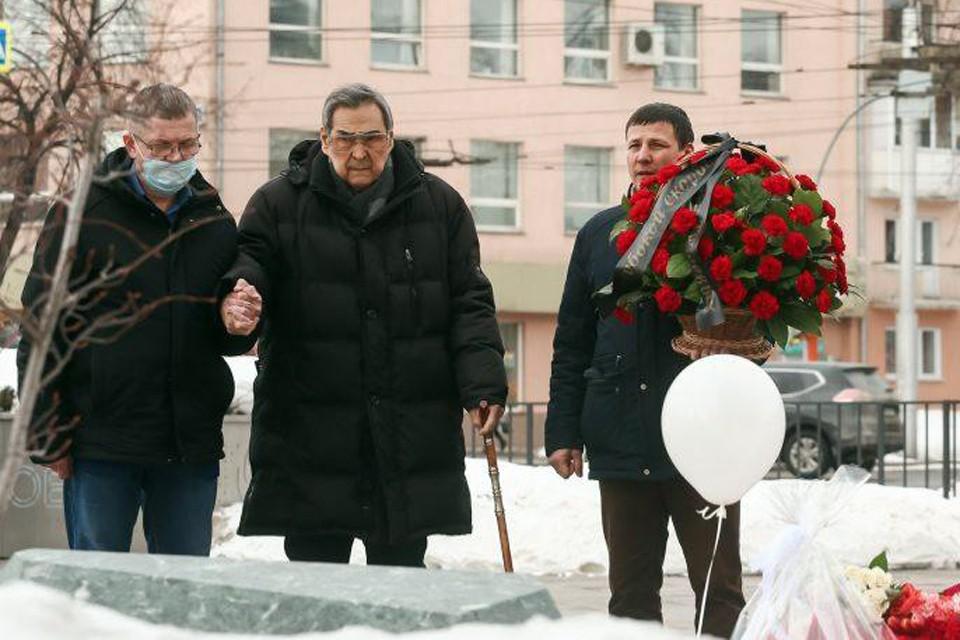 Аман Тулеев пришел почтить память погибших в «Зимней вишне». 25 марта 2021 года