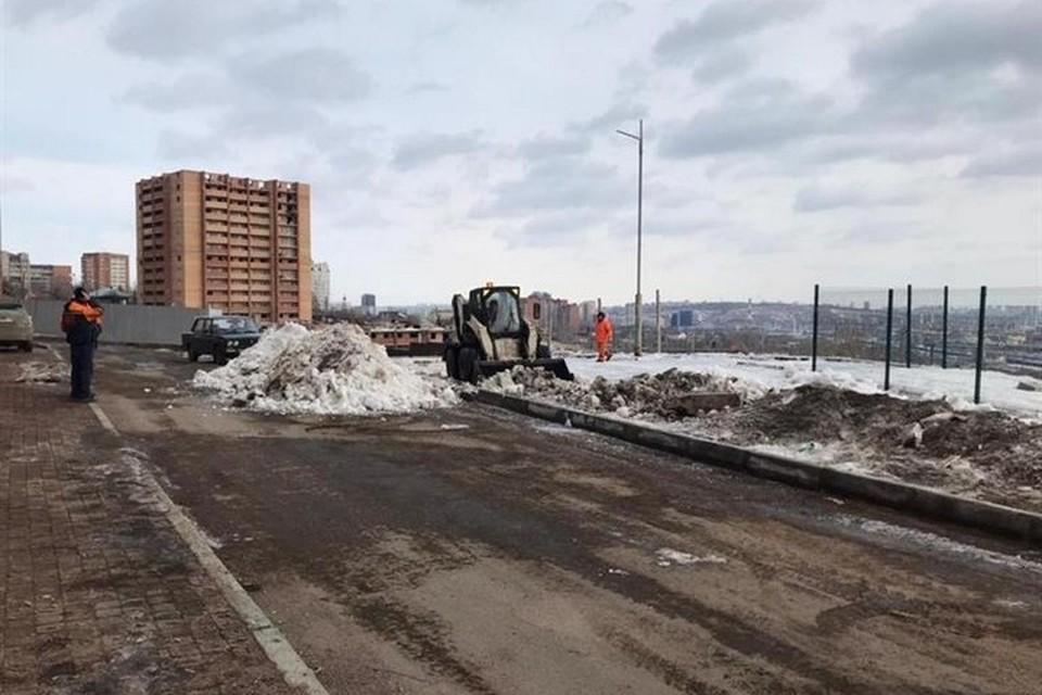 Замглавы Красноярска проверил сползающий склон высотки на улице 2-й Огородной. Фото: администрация города