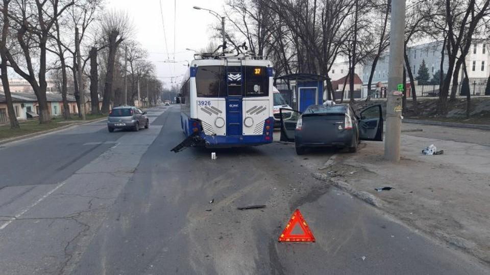 Зато пассажиры троллейбуса отделались легким испугом (Фото: полиция).