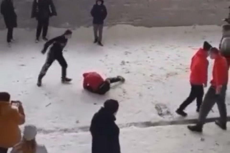 Подростки дрались со всей жестокостью. Стоп-кадр видео