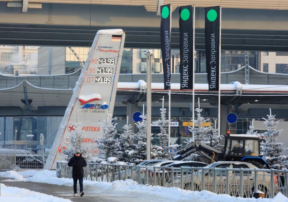 Замглавы Минэнерго объяснил, почему в других странах бензин дешевле чем в России.