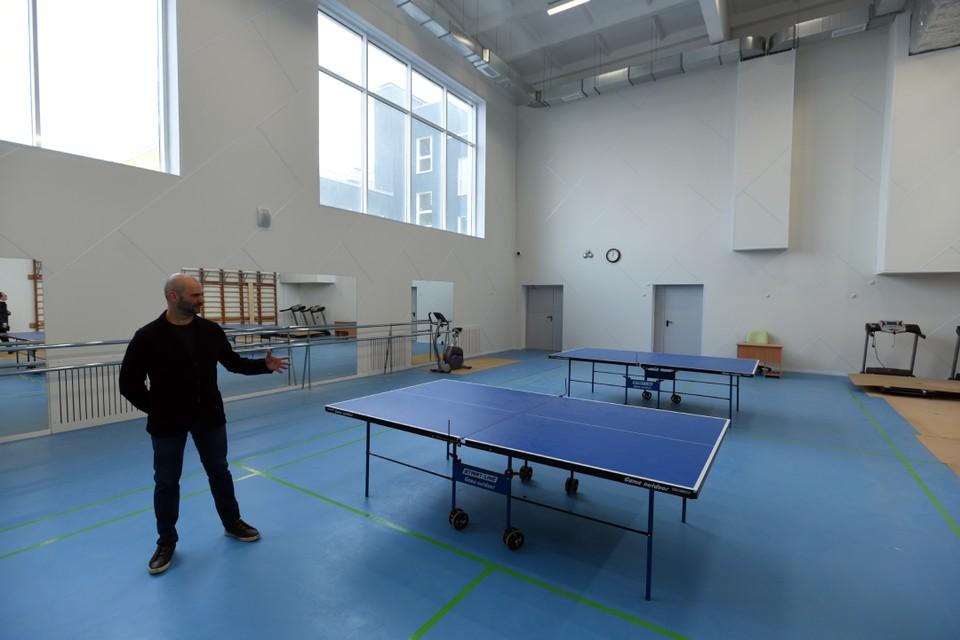 Малый спортивный зал в новой школе подойдет и для игры в теннис, и для занятий фитнесом. Фото: Сергей Николаев.