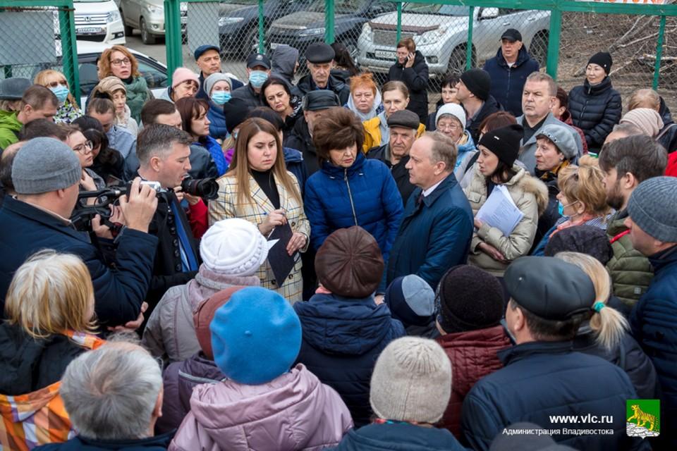 На встрече мэра Владивостока с жителями улиц Кирова, Чапаева и Каспийской. Фото: Евгений Кулешов