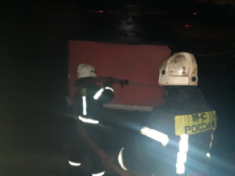 В пожаре в Раздольном переулке Орла пострадала 14-летняя девочка. Фото: ГУ МЧС России по Орловской области