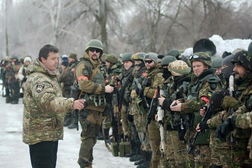 Семенченко (слева) на войне оказался некудышным командиром, зато отличился как мародер. Фото: ФБ/Евгений Шевченко