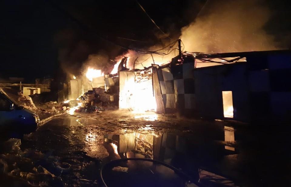 Видео пожара в ангаре с макулатурой в Нижнем Новгороде опубликовали спасатели.