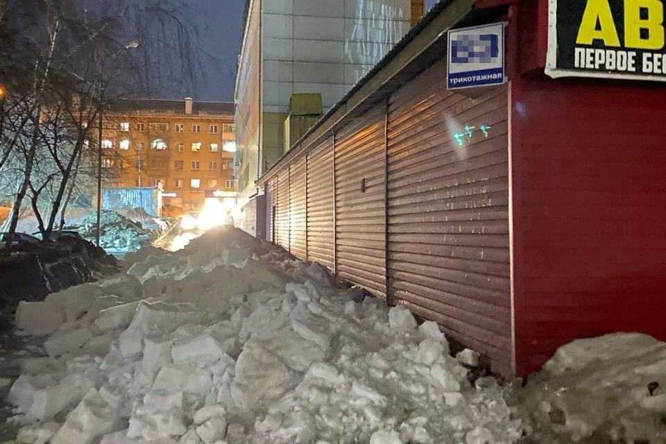 Снег упал с крыши и пока что его никто не убрад. Фото: Новосибирская служба эвакуации «АСТ-54».