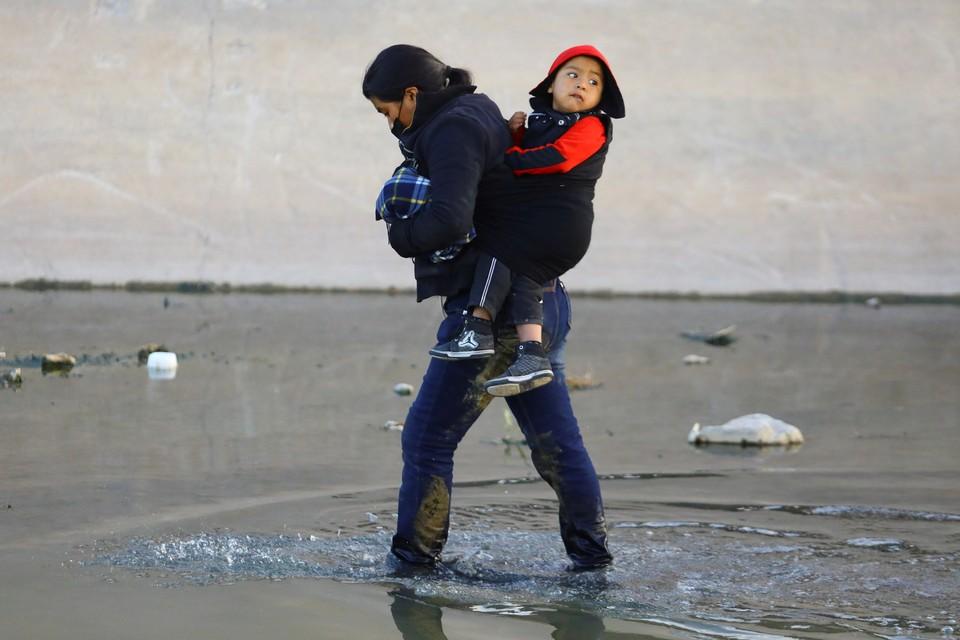 Задержания нелегалов на южной границе США побили рекорды пятнадцатилетней давности.