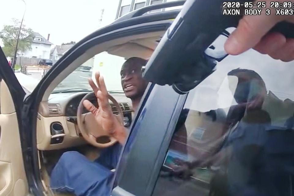 Кадр с полицейского регистратора в момент задержания Флойда.