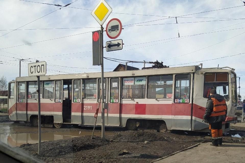 Трамвай перегородил часть перекрестка