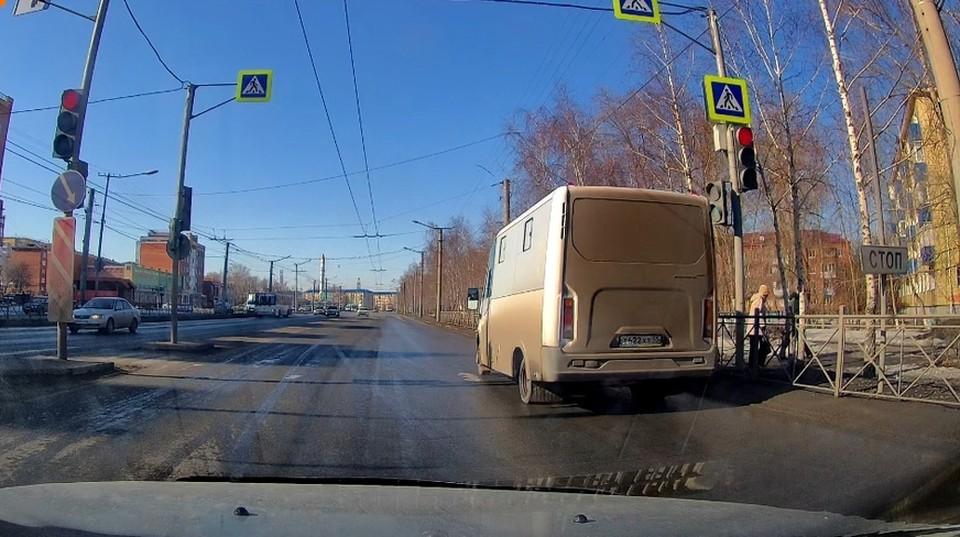 Водитель маршрутки решил, что торопится сильнее остальных и поехал на красный свет. Фото: «Аварийный Омск»