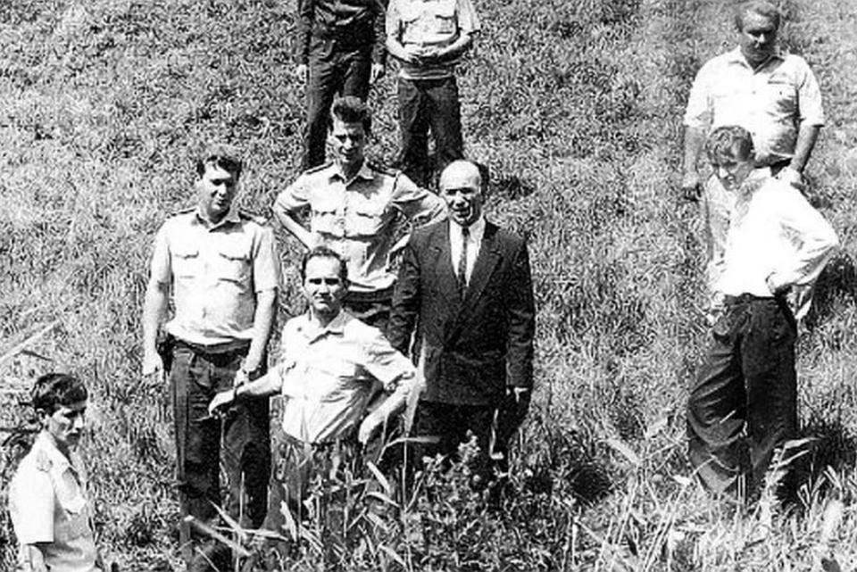 Владимир Муханкин (в центре) во время следственного эксперимента.