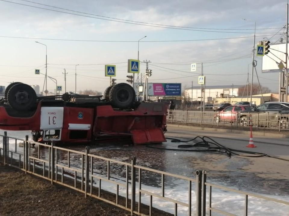 Авария произошла на оживленном перекрестке. Пожарные спешили на вызов. Фото: пресс-служба Госавтоинспекции по Омской области