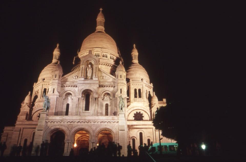 Два священника в Париже провели пасхальную мессу без масок, они задержаны.