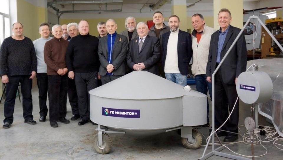 Коллектив ученых с разработанной моделью квантового двигателя. В центре на переднем плане Георгий Костин и Владимир Леонов.