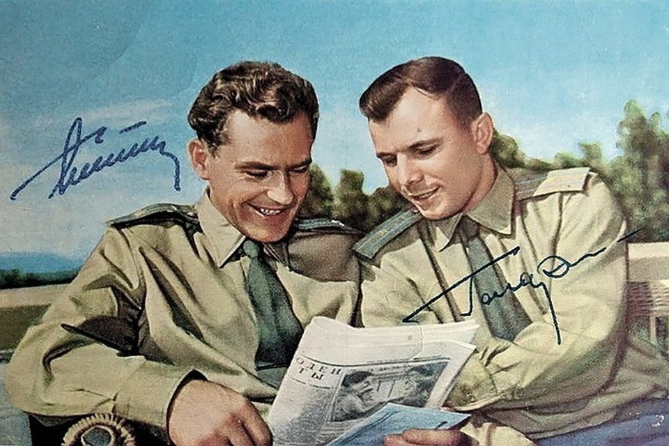 Герман Титов (слева) и Юрий Гагарин подарили юристам свои автографы. Фото Личный архив Елены Зверевой