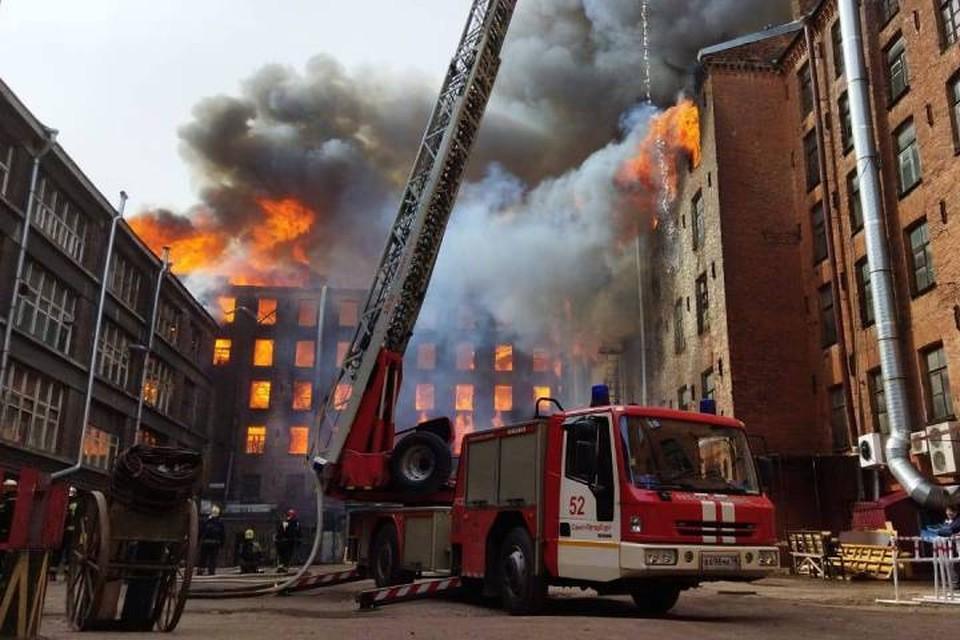 Более 4 тысяч квадратов здания мануфактуры в Петербурге охватил огонь / Фото: МЧС