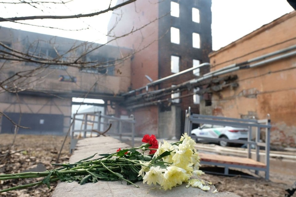 На место гибели 31-летнего Ильи Белецкого приносят цветы.