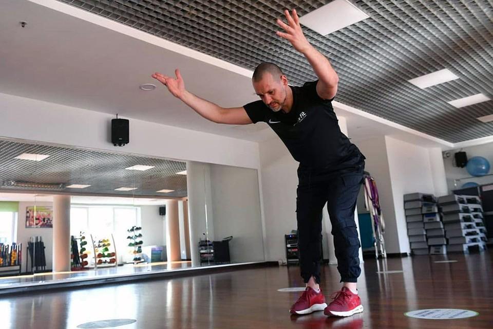 Фитнес-тренер Руслан Панов показал простые упражнения, которые позволят уменьшить дискомфорт от удаленной работы